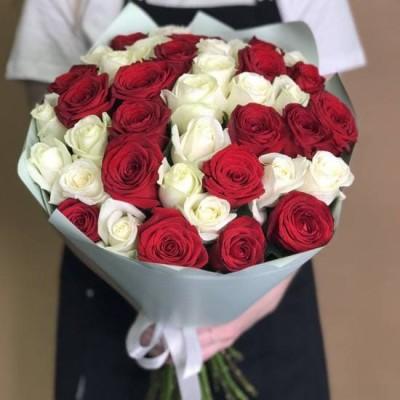 39 бело-красных роз