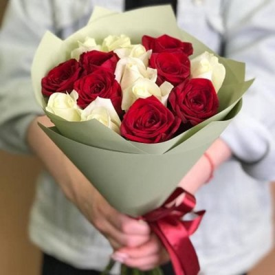 15 бело-красных роз