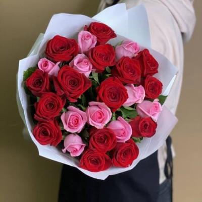 25 красно-розовых роз