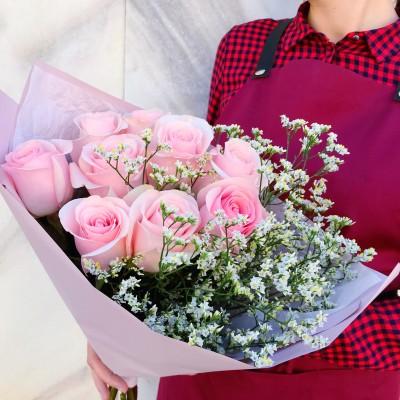 Букет из 9 роз и лимониума