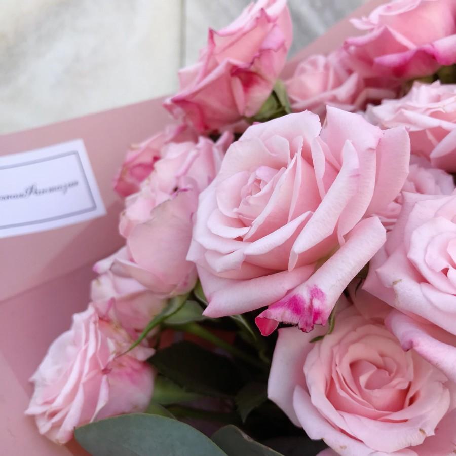 Розовая кустовая роза с эвкалиптом